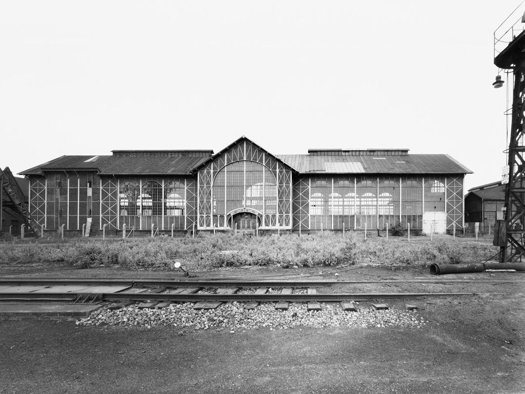 Bernd und Hilla Becher, Zeche Zollern 2, Dortmund-Bövinghausen, D 1971 Maschinenhalle, Totalansicht von Westen, links Fördergerüst, rechts Kesselhaus
