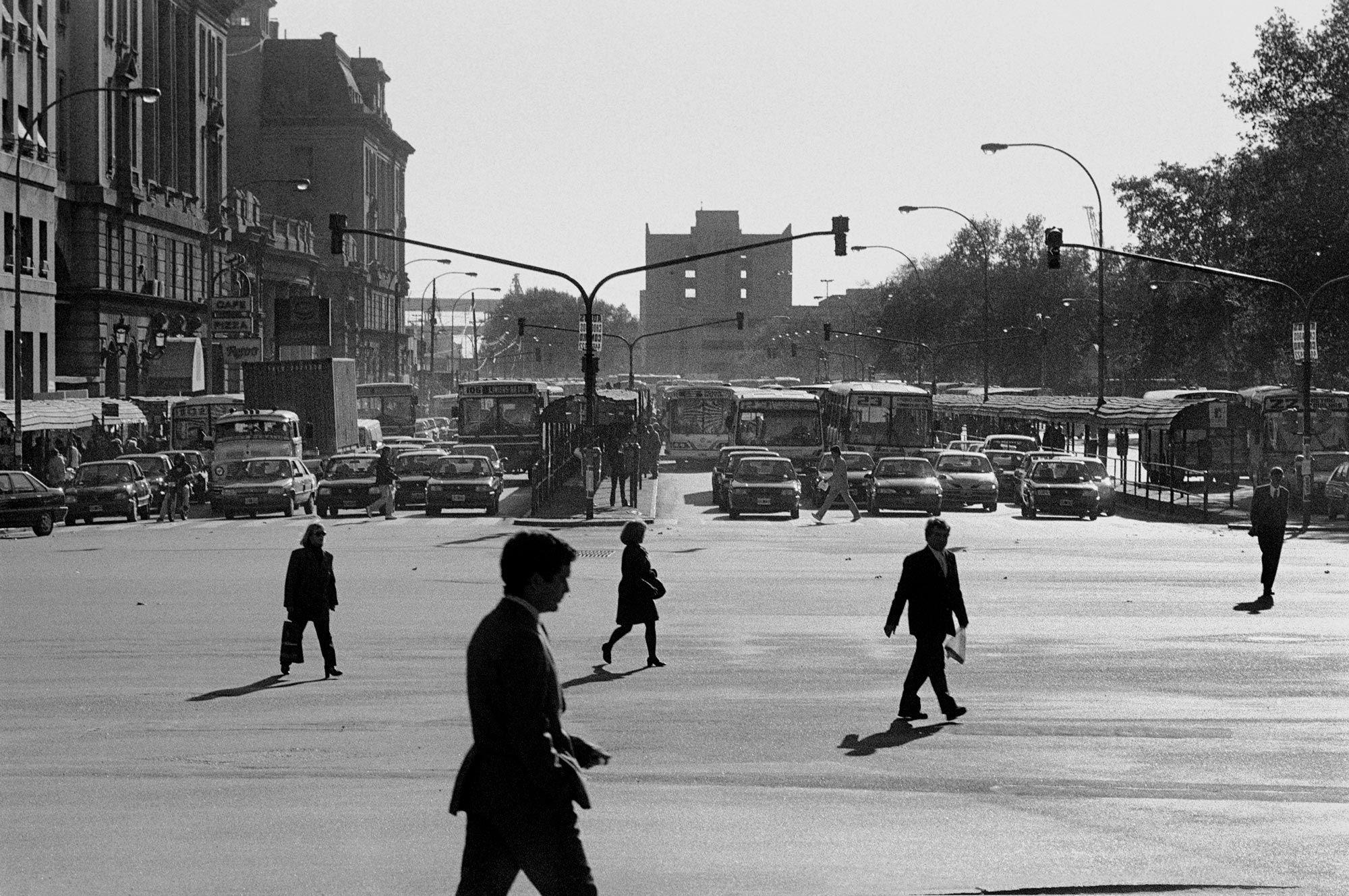 Peatones en Retiro, série Estampas Porteñas, 1999